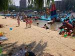 人口砂浜があります。でも泳げません。行水のみです・・・。