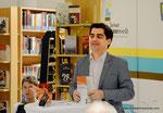 Übergabe des Leseturms an die Korneuburger Bibiotheken (Bürgermeister Christian Gepp)