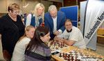 Edi Finger jun. am Stand des Schachvereins Korneuburg am 2. Korneuburger Sport- u. Gesundheitstag (mit Vbgm. Helene Fuchs Moser, GR Sabine Fuchs-Tröger, Edi Finger jun. und Roman Pertl)