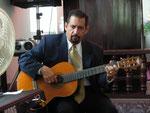 Dr. Candelaria colabora en el culto con su guitarra