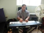 Jerry Colabora con el piano en el culto