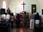 Los pastores pasan al altar para orar y ser ungidos