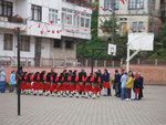 les écoles dansent en costume