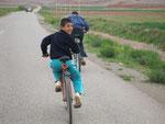 des enfants à vélo nous accompagnent