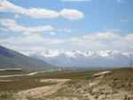 au loin, le poste frontière, à 40 kilomètres de la Chine