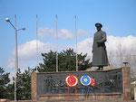 Atatürk domine le monument célébrant la première réunion de l'assemblée de la république turque