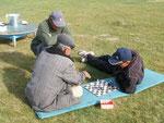 le responsable du CBT de Kochkor joue aux échecs (et est surpris de me trouver ici)