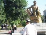 un Ouzbèk passe devant un poète local