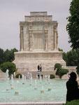 à Tus, le mausolée de Ferdowsi, poète épique persan du Xème siècle (le Livre des rois)