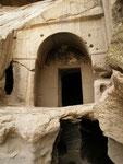 l'entrée d'un monastère troglodytique