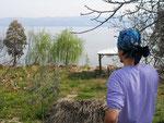 elle s'entraîne à porter un foulard devant le lac d'Iznik (Nicée)