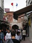 les drapeaux turc et européen sur l'entrée du bazar d'Istamboul