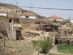 réserves de bois devant les maisonnettes modernes de Yaprakhisar