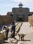 travaux devant une mosquée de Gazvin