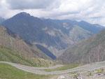 et dégringole sur 15 kilomètres rapides de l'autre côté, puis 50 jusqu'à la plaine kazakhe (600 mètres)