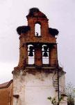 nids de cigogne sur clocher-fronton