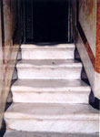 le marbre des marches de la crypte est usé par les pas de millions de pélerins