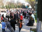 la foule avec ou sans foulard derrière la Fatih Camii