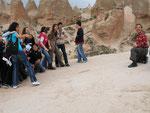 touristes japonais et lycéens turcs se mélangent pour la photo