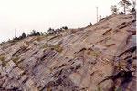 la route a été taillée dans la roche