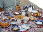 charcuterie, fromages, gâteaux, fruits secs ou au sirop, le petit déjeuner du Bahodir à Boukhara; un avant-goût du paradis