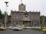 la mairie de Tabriz avec les portraits de Khomeini et de Khamanei