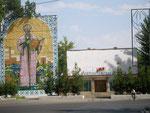 devant le théâtre d'Andijan