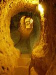 le corridor qui descend sous terre sur plusieurs étages
