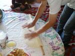 notre hôtesse prépare sa pâte à manti (ravioles)
