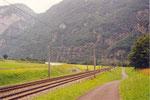 la route, la voie ferrée et la piste cyclable (chemin d'exploitation agricole) du Valais