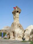 un poste de gendarmerie turque dans une cheminée de fée de Zelve