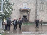 il neige devant une mosquée d'Erzurum