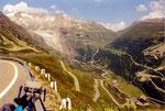 la descente sur Gletschen et le Rhône avec, au fond, le col de la Furka