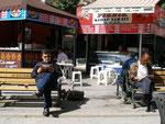 un lecteur de banc public (municipal) d'Ankara