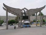 le monument surréaliste de la gare de Zanjan