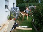 Mein liebes Mädel beim stundenlangen Streichen eines enormen Holzberges :-) brav - my lovely - wife hard working