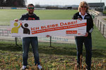 v.l. Martin Holthaus (Vorsitzender Hobby-Kicker Flaßkamp), Anja Esser (KSB MK)