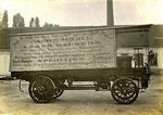 Österr. Daimler 8HP  2Zyl. LKW Bj. 1903 Fahrer sitzt auf Motorkasten, Holzräder eisenbereift.