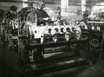 Motorenmontage der  Aero Daimler während des ersten Weltkrieges.