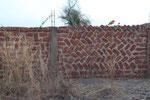 Eine Mauer um das Grundstück