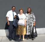 """Herr Dr. Issa und Frau Tiepnoma Ouedraogo sind die Menschen, die in Burkina Faso hinter dem Projekt """"Schule für Loumbila"""" stehen. In der Bildmitte Frau Dr. Gertrude Harrer, Obfrau des Vereins """"Schule für Loumbila""""."""