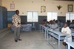 der Lehrer mit seinen Schülern