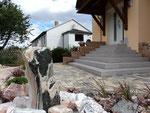 Hauseingang mit Steinbrunnen