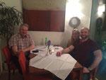 Agust, Silvia und Thorsten beim gemütlichen Abendessen.