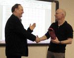 Matthias Mitzschke (l.) und Marco Mazereeuw danken einander für die gemeinsame Entwicklung der digitalen Toolbox.