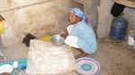 Maman fait le pain traditionnel