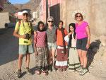 Amtoudi : promenade et chants avec les enfants