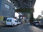 """Granville Island """"beginnt"""" unter der Brücke"""