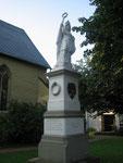 Kirchplatz Flierich --- Kyffhäuser-Denkmal, Südseite