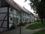 Kirchplatz Flierich --- Häuserzeile Südseite